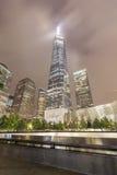 Nattbild av nationella September 11 den minnes- pölen och Freedom Tower Royaltyfri Bild