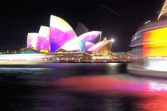 Nattbild av operahuset i Sydney Australia arkivbild