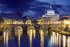 Nattbild av Sts Peter basilika, Ponte Sant Angelo och Tiber Arkivbilder