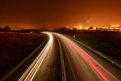 Nattbilslingor på vägen Arkivbild