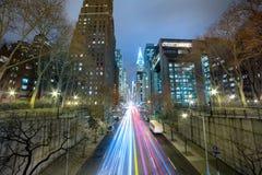 Nattbiltrafik i storstaden, lång exponering Royaltyfri Fotografi
