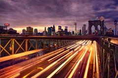Nattbiltrafik på den Brooklyn bron i New York City Royaltyfria Foton