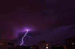 Nattblixt i molnen för stormen och Juli 14, 2016 Moskva Fotografering för Bildbyråer