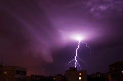 Nattblixt i molnen för stormen och Juli 14, 2016 Moskva Royaltyfri Bild