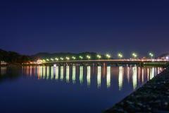 Nattbro över vatten Royaltyfri Fotografi