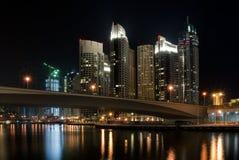 Nattbro i den Dubai marinaen Royaltyfria Bilder