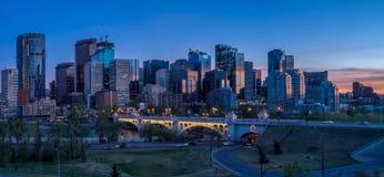 Nattcityscape av Calgary, Kanada arkivfoto