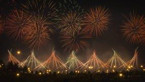Nattcityscape av festliga fyrverkerier Modeller av fyrverkerier i natthimmel fotografering för bildbyråer