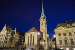 Nattcityscape av kvinnors domkyrka, Zurich Fotografering för Bildbyråer