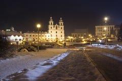 Nattcityscape av vintern Minsk Berömd yttersida i aftonen Minsk, Vitryssland Domkyrka för helig ande på central fyrkant royaltyfri fotografi