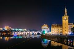 NattCityscape, Hall Gammalt vattentorn i Prague, tjeck Arkivbild