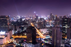 Nattcityscape i huvudstaden, uteliv royaltyfria bilder