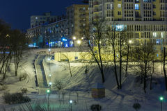 Nattcityscape i vintern som all är dold med snö Mogilev Belaru Royaltyfri Bild