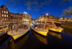 Nattcityscape med traditionella gamla hus och fartyg i Amsterdam Arkivbilder
