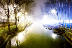 Nattcityscape och vattenkanal Arkivbild