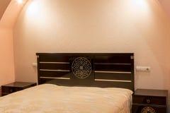 Nattduksbord nära sängen Fotografering för Bildbyråer