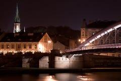 Natte brug in regenachtige nacht in Krakau, Polen Royalty-vrije Stock Foto's