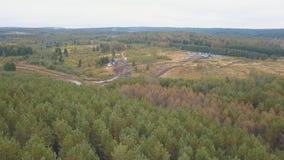 Natte en vuile landweg dichtbij het bos met auto's en vrachtwagens klem Lucht Mening stock videobeelden