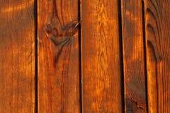 Natte houten bevloering Natte houten plankentextuur Houten strandmanier Houten raadsachtergrond Verticale richting stock afbeelding