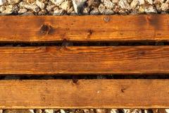 Natte houten bevloering Natte houten plankentextuur Houten strandmanier Houten raadsachtergrond Verticale richting royalty-vrije stock foto's