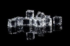 Natte ijsblokjes op zwarte achtergrond Royalty-vrije Stock Foto