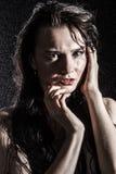 Natte jonge sexy vrouw omvat met waterdalingen stock foto's