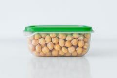 Natte kekers in de plastic container stock afbeelding