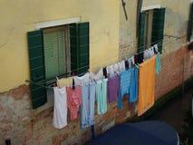 Natte kleren die dichtbij kanaal hangen Royalty-vrije Stock Foto's