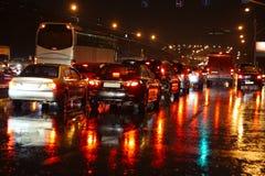 Natte nachtweg. De herfst, regen, bezinningen. Stock Foto's
