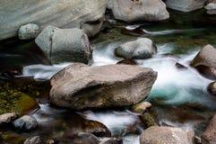Natte rotsen in vlotte wateren in een rivier royalty-vrije stock afbeelding