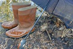 Natte rubberlaarzen onder de paraplu Royalty-vrije Stock Foto's