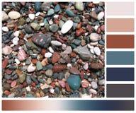 Natte stenen op strand Palet met Vleiend royalty-vrije stock afbeeldingen