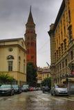 Natte straat in het historische centrum Milan Italy royalty-vrije stock foto