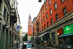 Natte straat in het historische centrum Milan Italy stock foto's
