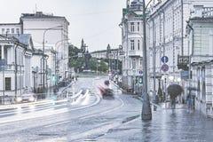 Natte straat onder de stortbui door het Kremlin royalty-vrije stock foto's