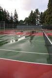 Natte tennisbaan na regen royalty-vrije stock fotografie