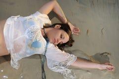Natte vrouw op het zand Stock Afbeeldingen