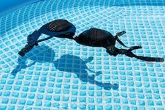 Natte vrouwelijke zwempakbustehouder of brassière die in water van zwembad drijven royalty-vrije stock foto's