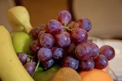 Natte vruchten, gedeeltelijk met vaag spiegelbeeld, lichtjes Heldere duidelijke kleuren Ruimte voor tekst Selectieve nadruk Rood stock fotografie