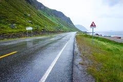Natte wegvoorwaarden in Noorwegen dichtbij Nordkapp royalty-vrije stock afbeelding