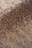 Natte zand en kiezelstenen op Baltisch strand Natuurlijke achtergrond Stock Foto's