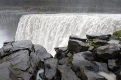 Natte zwarte rotsen voor krachtige Dettifoss-waterval, Icelan royalty-vrije stock afbeelding