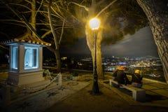 Natten över Lissabon beskådade från den högsta belvederen royaltyfria foton