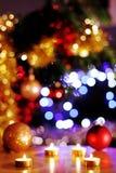 Natten av julaftonen, tänder guld- stearinljus med det blänka trädet i bakgrund Fotografering för Bildbyråer