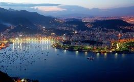 Natten av Rio de Janeiro sikt från monteringen Sugarloaf Fotografering för Bildbyråer