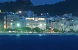 Natten beskådar av den Copacabana stranden i Rio de Janeiro fotografering för bildbyråer