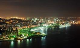 Natten beskådar av den Flamengo stranden och området i Rio de Janeiro royaltyfri bild