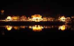 Natten beskådar av det thailändska tempelet i Ayutthaya Arkivbilder