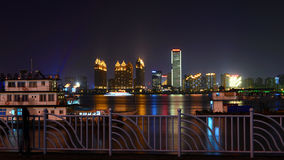 Natten beskådar av floden Arkivbilder