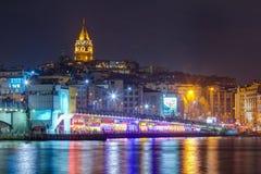 Natten beskådar av Galata överbryggar och står hög, Istanbul, Turkiet Royaltyfri Bild
